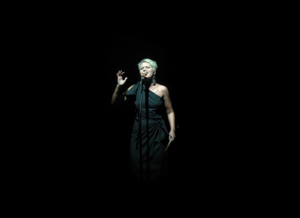 ehrenfelder-musikschule-köln-gesangsunterricht Frau mit schwarzzem Hintergrund